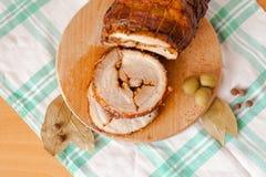 Pain de viande coupé en tranches de porc sur la planche à découper en bois Photo stock