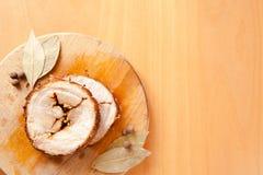 Pain de viande coupé en tranches de porc sur la planche à découper en bois Photographie stock libre de droits