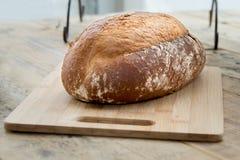 Pain des pains sur une planche à pain photos stock