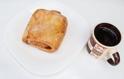 Pain doux avec le remplissage de pâte de goyave Servi avec du café, dans un plat blanc photos libres de droits