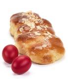 Pain doux grec de brioche (tsoureki) pour Pâques Photographie stock libre de droits