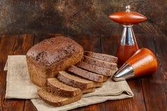 Pain du pain de seigle frais coupé en tranches sur le fond en bois foncé photographie stock