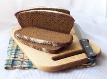 Pain du pain entier coupé sur des tranches Images stock