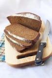 Pain du pain entier coupé sur des tranches Images libres de droits