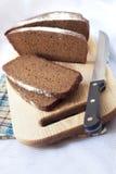 Pain du pain entier coupé sur des tranches Photographie stock libre de droits