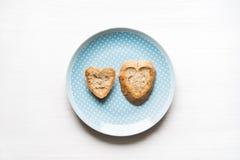 Pain en forme de coeur sur le concept bleu d'amour de plat Image stock