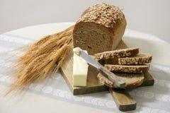 Pain entier sain de grain avec du beurre Photographie stock libre de droits