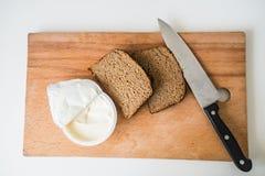 Pain et beurre avec le couteau Photo stock