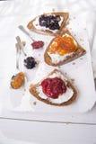 Pain et confiture de petit déjeuner Images stock