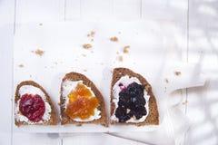 Pain et confiture de petit déjeuner Image stock