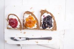 Pain et confiture de petit déjeuner Photos stock