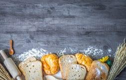 Pain et croissant délicieux fraîchement cuits au four sur un plan de travail en bois photographie stock libre de droits