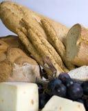 Pain et fromage avec des raisins Images libres de droits