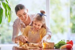 Pain et fromage de coupe de mère et de fille Photos libres de droits
