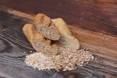 Pain et grains sur en bois Image libre de droits