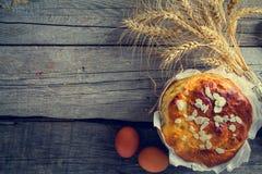 Pain et ingrédients de Pâques sur le fond en bois rustique Photos stock