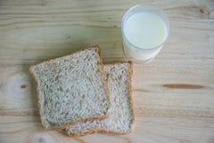 Pain et lait de blé entier Images libres de droits