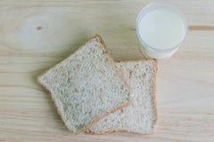 Pain et lait de blé entier Photos libres de droits
