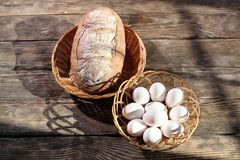 Pain et oeufs sur la table photos stock