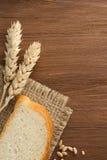 Pain et oreilles coupés en tranches de blé Photographie stock libre de droits
