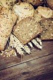 Pain et pâtisseries coupés en tranches par farine de blé entier rustique Photographie stock
