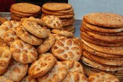 Pain et pâtisseries traditionnels dans une confiserie Photos stock