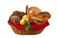 Pain et petits pains dans le panier en osier d'isolement sur le blanc Images stock
