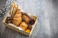 Pain et petits pains sur le vieux fond en bois Image libre de droits