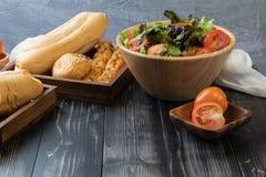 Pain et salade verte de laitue de ch?ne photographie stock