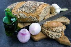 Pain et seigle de blé entier, arrosés avec des graines de tournesol, les graines de sésame et clous de girofle, découpés en tranc Image stock