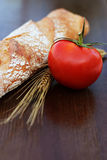 Pain et tomate sur une table Photographie stock libre de droits