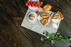 Pain et tomates-cerises assortis Image libre de droits