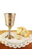 Pain et vin de communion sur le fond blanc Images libres de droits