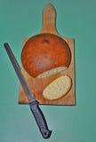 Pain fait maison avec le couteau Image libre de droits