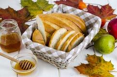 Pain fait maison, beurre et miel, concept d'automne photos stock
