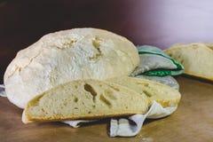 Pain fait maison de blé de ferme, situé sur une serviette et un papier de toile de métier photos libres de droits