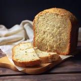 Pain fait maison de farine de blé entier Pain fait maison avec les graines et le son de tournesol Consommation saine Cuisson sur  photos stock