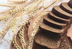 Pain fait maison et oreilles coupés en tranches de blé Image libre de droits