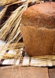Pain fraîchement cuit au four avec des oreilles de blé photo stock