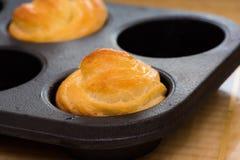 Pain fraîchement cuit au four de beurre de beurre de main de moules Images libres de droits