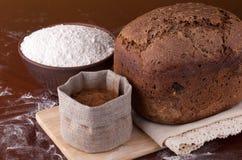 Pain frais avec de la farine et le malt Photos libres de droits