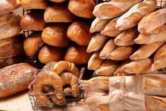Pain frais dans le panier en métal dans la boulangerie sur le fond en bois Images libres de droits