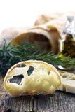 Pain frais de pain de ciabatta, coupé en tranches sur un conseil en bois Images libres de droits