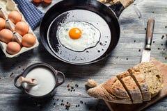 Pain frais et oeuf au plat pour le petit déjeuner Photo stock