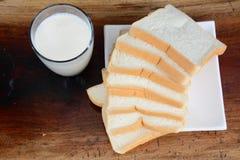 Pain frais et verre de lait Photographie stock