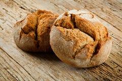 Pain frais sur la table de cuisine La consommation saine et le concept traditionnel de boulangerie photographie stock