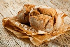 Pain frais sur la table de cuisine La consommation saine et le concept traditionnel de boulangerie images stock