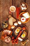 Pain frit avec l'oeuf et le lard Repas chaleureux L?gumes et oeuf au plat D?jeuner sain photo stock