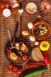 Pain frit avec l'oeuf et le lard Repas chaleureux L?gumes et oeuf au plat D?jeuner sain photographie stock
