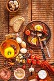 Pain frit avec l'oeuf et le lard Repas chaleureux L?gumes et oeuf au plat D?jeuner sain images libres de droits